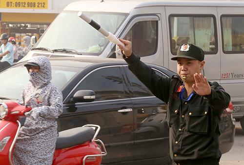 Cảnh sát cơ động làm nhiệm vụ phân luồng trên phố Hà Nội.Ảnh: Phương Sơn
