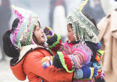 Trẻ em dân tộc ở Sa Pa mặc nhiều áo ấm chống rét. Ảnh: Tuấn Minh