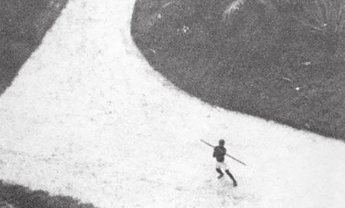 Thổ dân Congo chuẩn bị ném lao vào trinh sát cơ U-2 của Mỹ bay ở độ cao thấp. Ảnh: CIA.