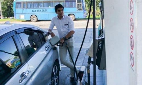 Bộ trưởng Thanh niên và Thể thao Malaysia Syed Saddiq Syed Abdul Rahman tự bơm xăng vào ôtô trên đường đi công tác vào hôm qua. Ảnh: Twitter.