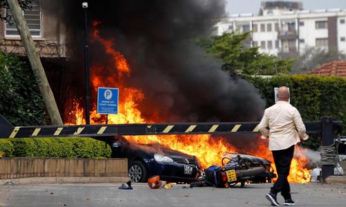 Những chiếc ôtô bốc cháy tại hiện trường vụ xả súng ở Nairobi, Kenya hôm nay. Ảnh: Reuters.