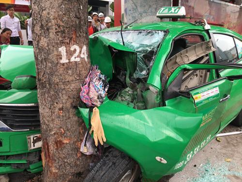 Chiếc taxi biến dạng sau tai nạn. Ảnh: Sơn Hoà.