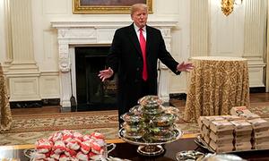 Trump đãi khách pizza và hamburger vì chính phủ đóng cửa