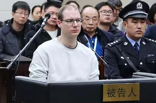 Công dân CanadaSchellenberg (áo trắng) tại phiên tòa ở thành phố Đại Liên hôm 14/1. Ảnh: AFP.
