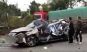 Xe tải lao sang làn ngược chiều đâm nát ôtô Lexus