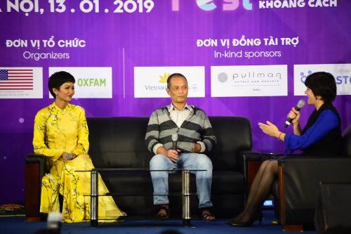 Hoa hậu Hoàn vũ Việt Nam 2017 HHen Niê bắt đầu vấn đề bình đẳng trong giáo dục từ câu chuyện vượt lên số phận của chính cô.