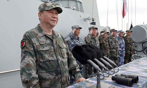 Chủ tịch Tập Cận Bình (trái) trong một cuộc duyệt binh của hải quân Trung Quốc. Ảnh: ChinaNews.
