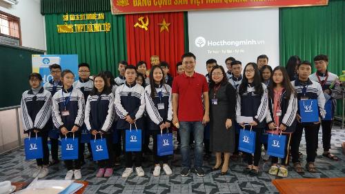Thầy Nguyễn Thành Nam chụp ảnh lưu niệm cùng các bạn học sinh trường THPT Hà Huy Tập.