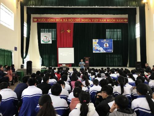 Các bạn học sinh chăm chú lắng nghe những chia sẻ của diễn giả Nguyễn Thành Nam.