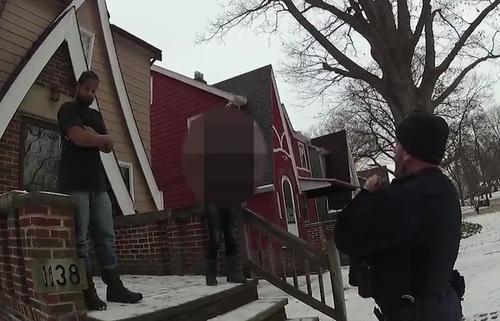 Cảnh sát giải thích với cô bé điện thoại là đặc ân, không phải quyền lợi.