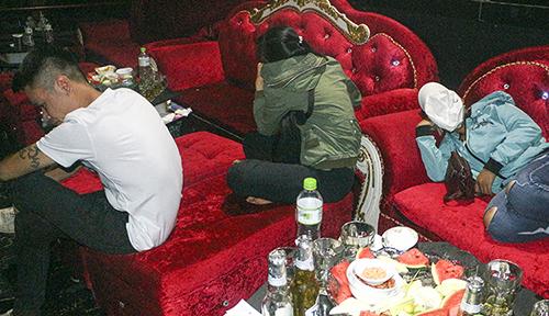 Các thanh niên có mặt tại quán bar tại thời điểm cảnh sát kiểm tra. Ảnh: An Bình
