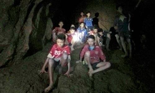 Huấn luyện viên và 12 cậu bé bị mắc kẹt trong hang. Ảnh: USA Today.