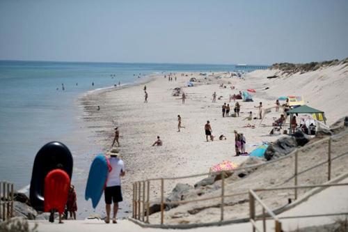 Người dẫn tập trung ở bãi biển trong ngày nóng bức tạiAdelaide, Australia hôm 3/1. Ảnh: AP.
