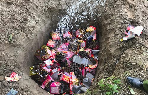 Nhà chức trách tỉnh Lào Cai tiêu hủy hơn 2 tạ pháo các loại. Ảnh: Thanh Tuấn