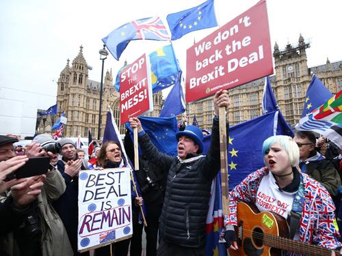 Người dân biểu tình phản đối thỏa thuận Brexit bên ngoài tòa nhà quốc hội Anh hôm 15/1. Ảnh: Independent.