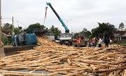 Dân giúp tài xế bốc 10 tấn gỗ tràn xuống đường
