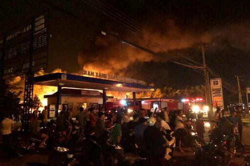 Đám cháy tại cây xăng Nam Tân Phong. Ảnh: Hoàng Anh