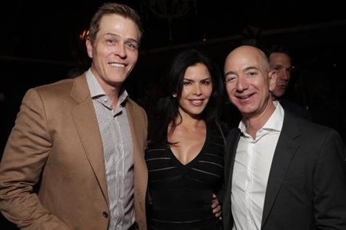 Whitesell, Sanchez và Jeff Bezos tại một sự kiện của Amazon năm 2016. Ảnh: Aceshowbiz.