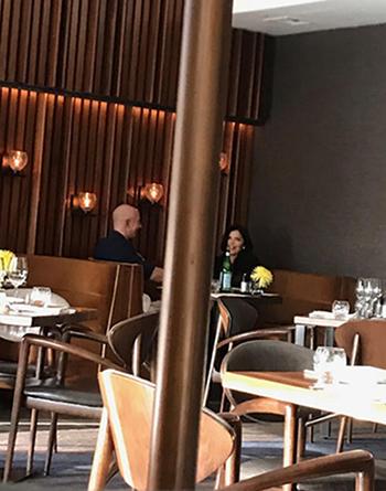 Jeff Bezos và Lauren Sanchez ăn tốitại một nhà hàng thuộc khách sạn Four Seasons ở thành phố Seattlengày 10/4/2018