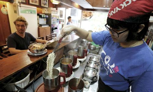 Một đầu bếp nấu mì ăn liền cho thực khách ở một nhà hàng ở thủ đô Seoul, Hàn Quốc vào ngày 19/8/2017. Ảnh: AP.