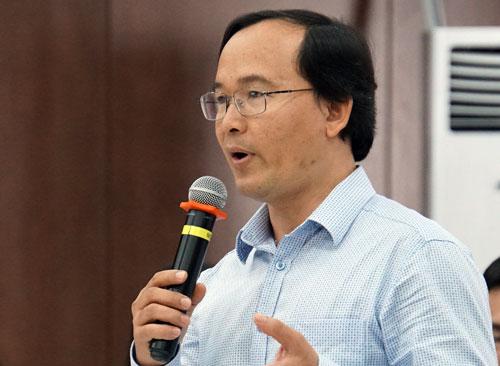 Ông Nguyễn Hùng Khương, Phó hiệu trưởng trường THPT Bùi Thị Xuân phát biểu góp ý. Ảnh: Mạnh Tùng.