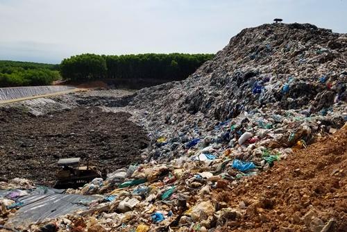 Rác thải chủ yếu được chôn lấp ở bãi rác Thủy Phương. Ảnh: Võ Thạnh