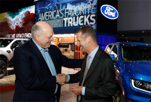 Jim Hacket, Chủ tịch kiêm Giám đốc điều hành của Ford (bên trái) bắt tay Giám đốc điều hành của Volkswagen, Herbert Diess, tại triển lãm ôtô Detroit hôm 14/1. Ảnh: AP.