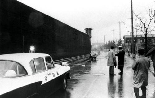 Vụ việc xảy ra khi ôtô đi ngang tường bao nhà tù.