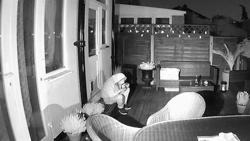 Tên trộm ngồi nghỉ tay ăn kem sau khi dò đường đột nhập.