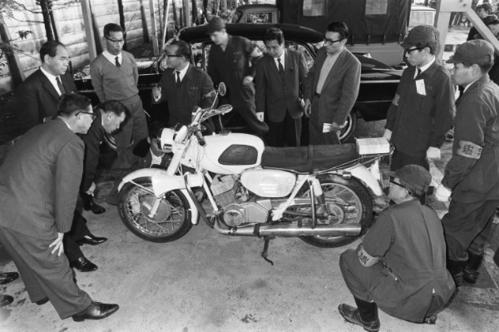 Chiếc Yamaha thực chất là Honda Dream được sơn trắng.