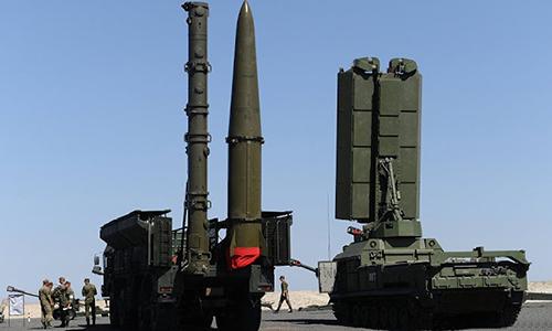 Xe phóng đạn thuộc tổ hợp Iskander-M với tên lửa 9M728 (trái) và 9M723 cạnh radar 1L261 của tổ hợp Zoopark-1M. Ảnh:RIA Novosti.