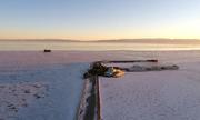 Hồ nước mặn rộng 4.500 km2 đóng băng