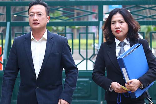 Giám đốc Công ty Thiên Sơn và luật sư đại diện. Ảnh: Phạm Dự.