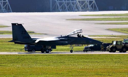 Một trong hai tiêm kích F-15 hạ cánh khẩn cấp tại Kadena hôm 15/1. Ảnh: Okinawa Times.