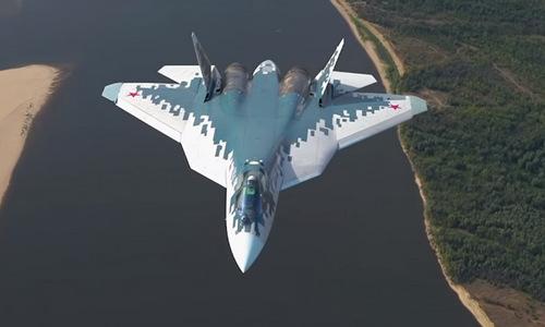 Tiêm kích Su-57 với màu sơn mới trong đợt diễn tập. Ảnh: TvZvezda.