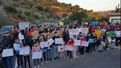 Người dân địa phương bày tỏ sự ủng hộ tinh thần với gia đình Julen. Ảnh: Sur