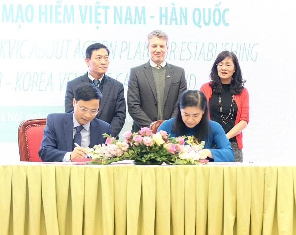 Đại diệnVCIC ký Biên bản ghi nhớ hợp tác với đại diện Hội Liên hiệp Phụ nữ Việt Nam.