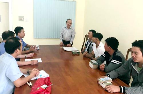 VKSND huyện Bình Chánh trao tiền cho những người bị oan. Ảnh: LS Công Minh.