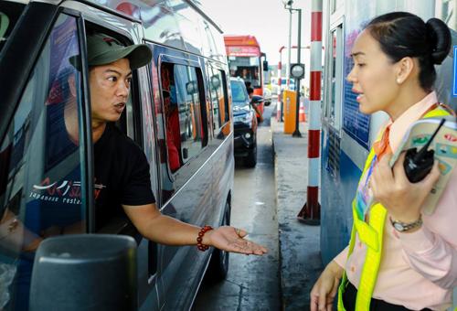 Tài xế dùng tiền xu để trả phí qua trạm BOT Cai Lậy hồi cuối năm 2017. Ảnh:Nguyễn Thành.
