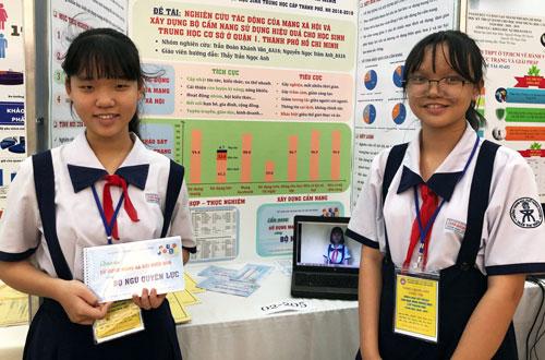 Một đề tài thuộc lĩnh vực Khoa học xã hội và hành vi của học sinh THPT chuyên Trần Đại Nghĩa tham gia vòng chung kết cuộc thi cấp thành phố ngày 8/1. Ảnh: Lê Nam.