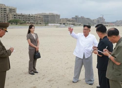 Kim Jong-un thị sát quá trình xây dựng khu nghỉ dưỡng Wonsan-Kalma năm ngoái. Ảnh: AFP.
