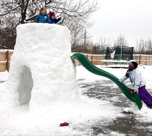 Chiếc cầu trượt được gắn thêm vào lều tuyết. Ảnh: Gregg Eichhorn