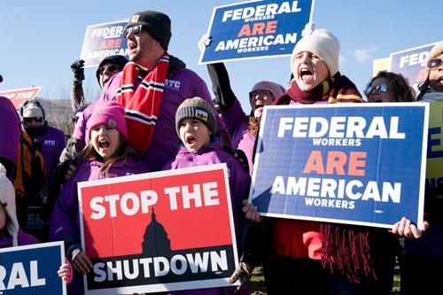 Biểu tình phản đối chính phủ đóng cửa ở Washington hồi tuần trước. Ảnh: New York Times.