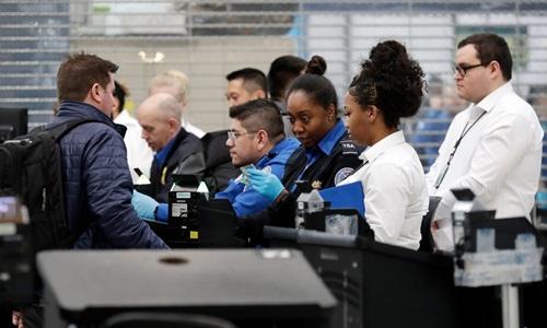 Các nhân viên Cục An ninh Vận tải Mỹ (TSA) tại sân bay quốc tế OHare ở Chicago vẫn làm việc trong thời gian chính phủ đóng cửa một phần. Ảnh: AP.