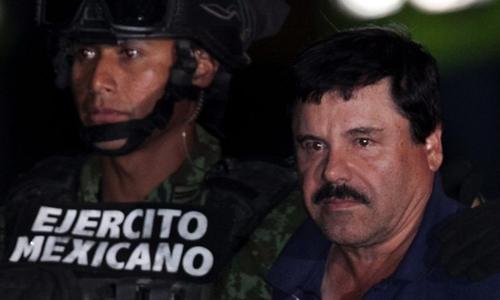 El Chapo bị áp tải lên một trực thăng ở Mexico City sau khi bị bắt hôm 8/1/2016. Ảnh: AP.