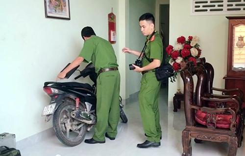 Cảnh sát khám nghiệm hiện trường nơi người phụ nữ bị sát hại. Ảnh: An Phước