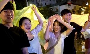 Cổ động viên ở Sài Gòn dầm mưa cổ vũ đội tuyển Việt Nam lúc nửa đêm