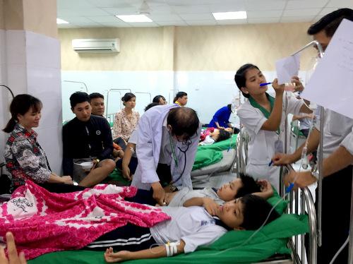 Các học sinh nhập viện với các triệu chứng ngộ độc thực phẩm. Ảnh: Nguyệt Triều.