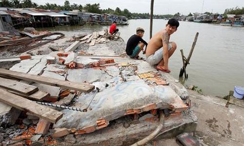 Vấn nạn mất nhà cửa vì đồng bằng sông Cửu Long sụt lún lên báo Anh