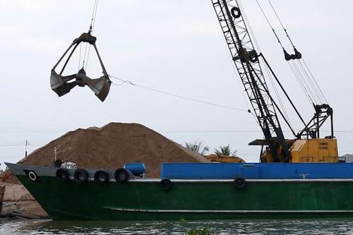 Hoạt động khai thác cát trên sông Mekong. Ảnh: Reuters.